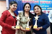 Sangeetha Wadhwa, Thalassemia Major on the right most holding a trophy in front of a stage